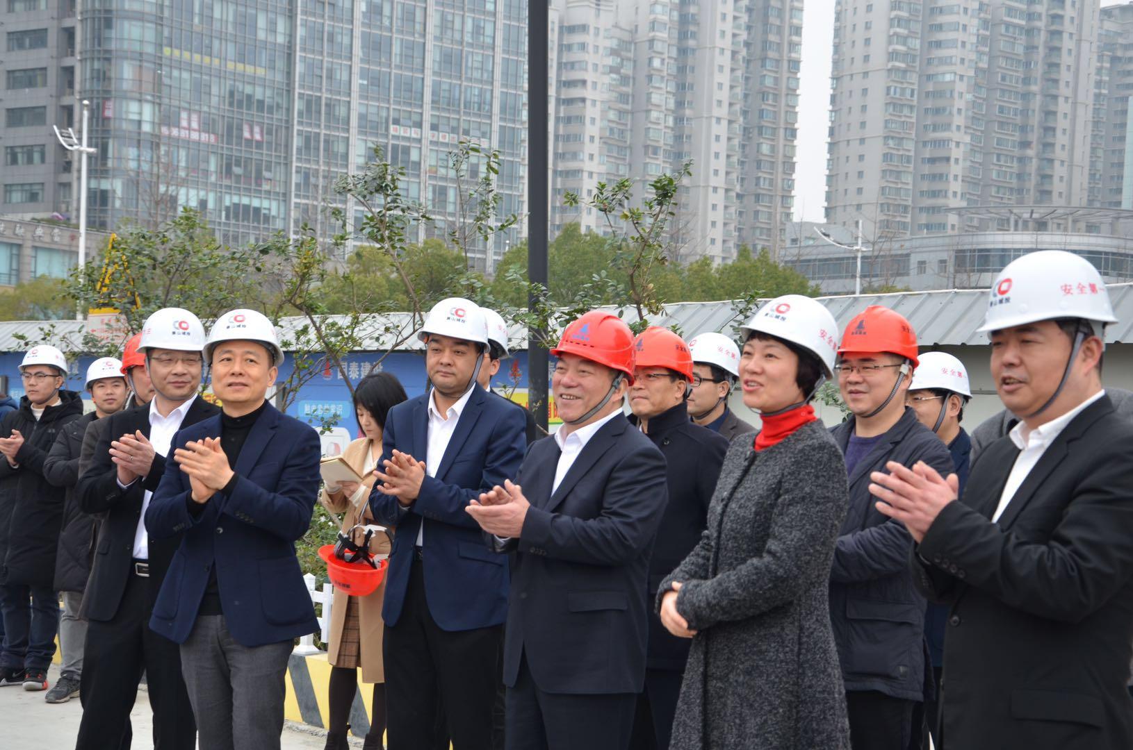 区领导慰问公司人民广场项目一线职工